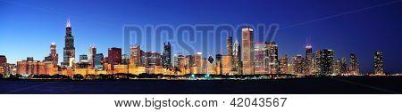 Panorama de la ville horizon urbain du centre-ville de chicago à la tombée de la nuit avec des gratte-ciel sur le lac michigan avec clear