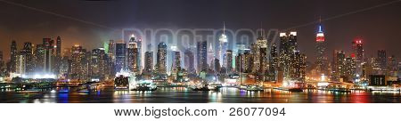 Panorama de skyline de new york city manhattan nuit sur hudson river avec refelctions vus de nouveau