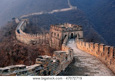 Coucher de soleil grand mur au-dessus des montagnes à beijing, en chine.