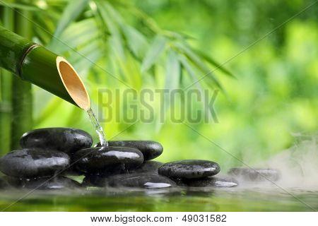 Spa nature morte avec pierre de fontaine et zen bambou