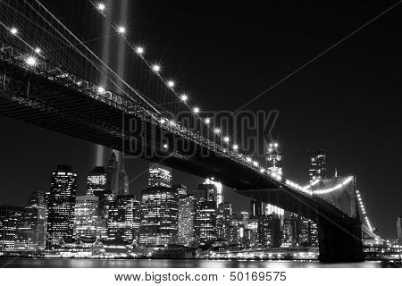 Pont de brooklyn et les tours de lumières (hommage à la lumière) pendant la nuit, manhattan, new york city