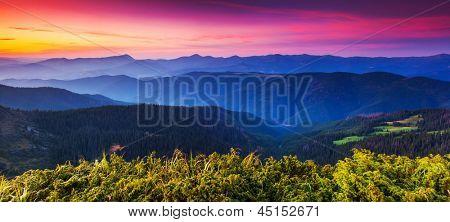 Coucher de soleil majestueux dans le paysage de montagnes. transylvanie, carpates, en ukraine.