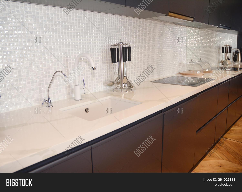 Modern Kitchen Metal Faucet Cooker Hood And Ceramic Kitchen