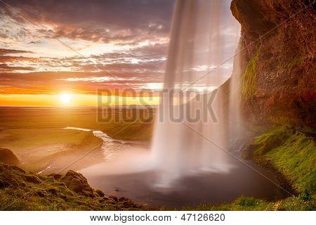 Godafoss est une très belle cascade islandaise. il est situé au nord de l'île pas loin f
