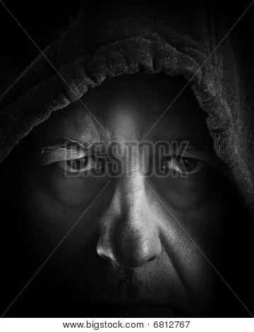 Homme plus âgé headshot en ombres