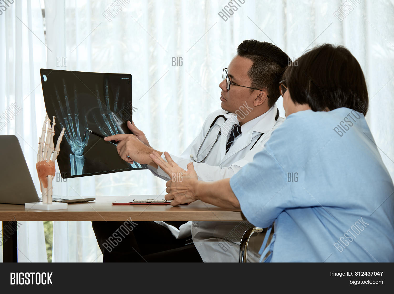 adult,analyzing,bone,care,clinic,computer,diagnose,diagnosis,diagnostic,disease,doctor,examination,explaining,female,film,health,healthcare,hospital,human,injury,joint,looking,male,man,medical,medicine,occupation,orthopedic,orthopedist,patient,person,physician,professional,radiography,radiology,ray,result,scan,screen,skeleton,specialist,surgery,to,woman,x-ray