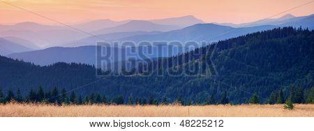Paysage avec une vue panoramique de montagne au coucher du soleil