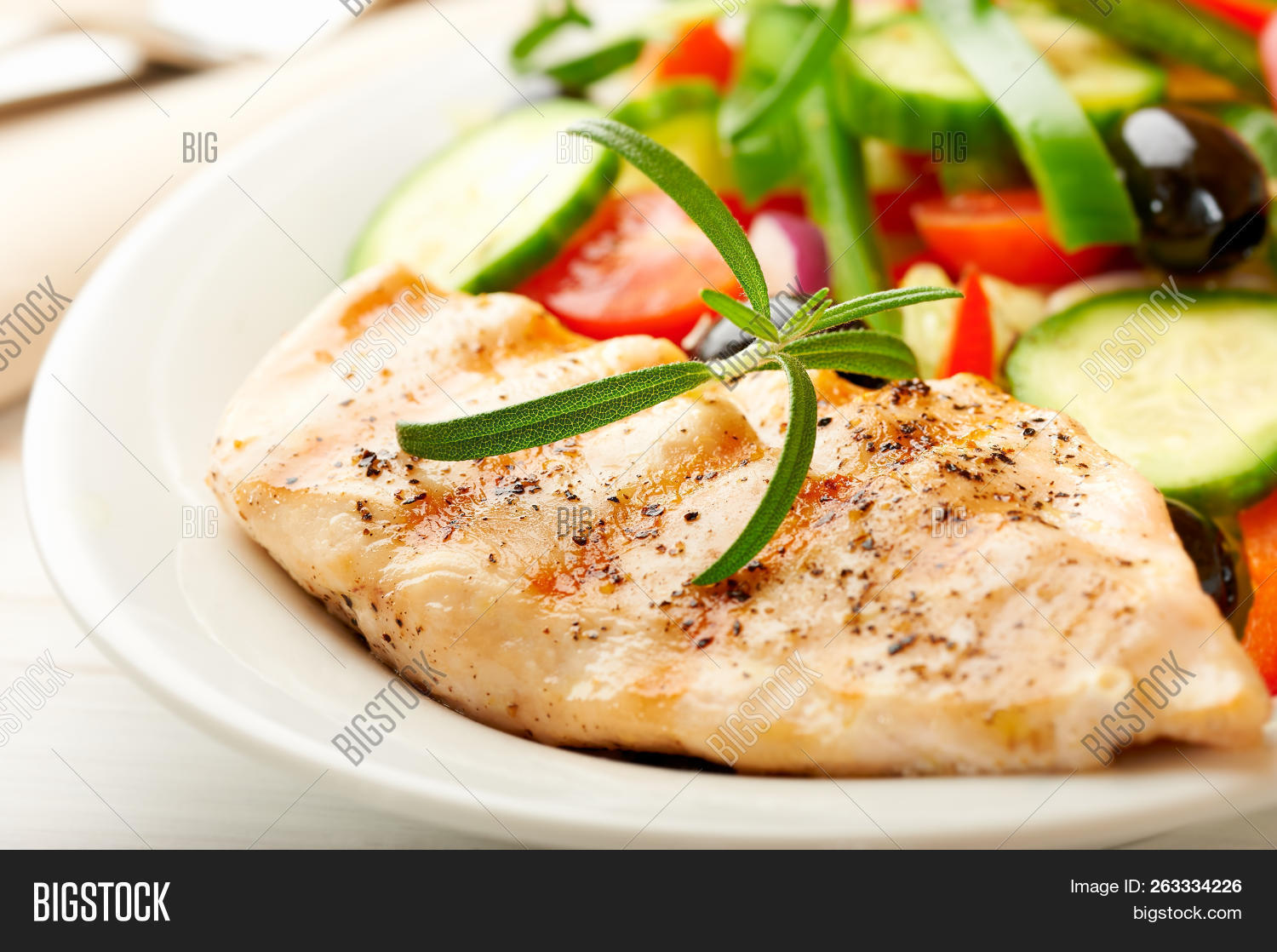 Grilled chicken breast with green and red pepper, cherry tomatoes, lettuce, black olives, cucumber,