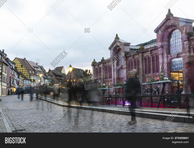 Architecte Bas Rhin ? christmas market in colmar, people walking in the streets