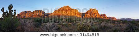 Désert de roche rouge au lever du soleil