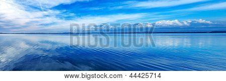 Coucher de soleil bleu paysage panoramique. orbetello lagune, argentario, italie.