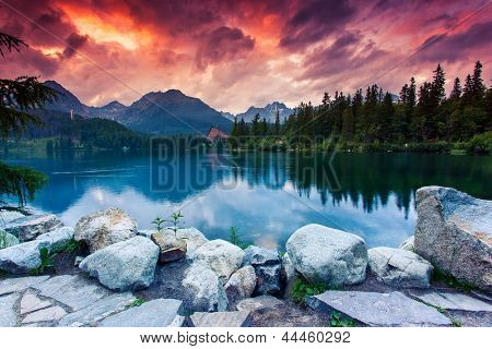 Lac de montagne dans le parc national des hautes tatras. ciel overcrast dramatique. strbske pleso, slovaquie, europe.