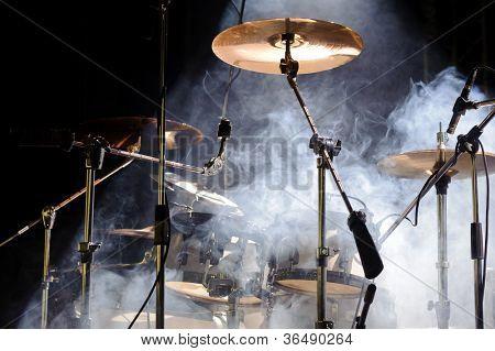 Set de cymbales à la lumière des projecteurs