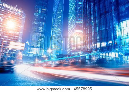 Mouvement des voitures dans la nuit rapide