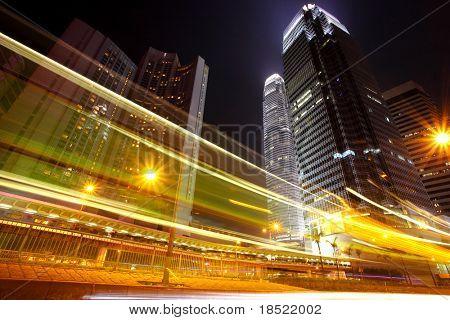 La circulation dans la ville de nuit