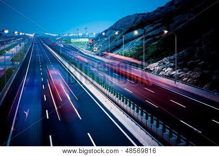 Camions de motion sur l'autoroute.