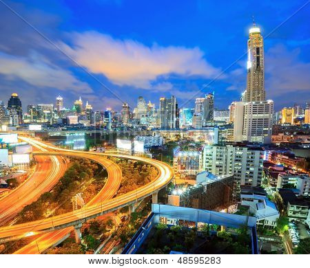 Autoroute de bangkok au crépuscule avec la ligne d'horizon en thaïlande