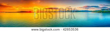 Lever du soleil sur la mer.  panorama