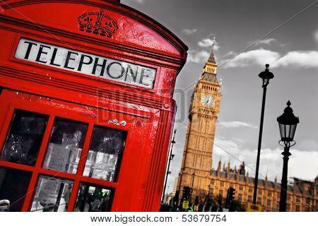 Rouge cabine téléphonique et big ben à londres, au royaume-uni. les symboles de londres, sur fond noir sur blanc