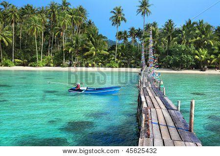 Paysage de la plage de l'île tropicale avec belle jetée en bois
