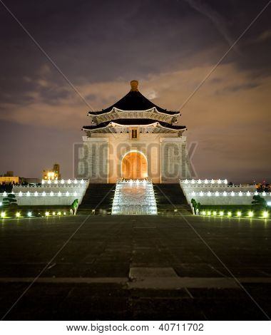 This is a night time image of the CKS memorial hall in Taiwan (Republic of China). It was erected in 19880 to commemorate Generalissimo Cheng, the ex president of Taiwan. stock photo
