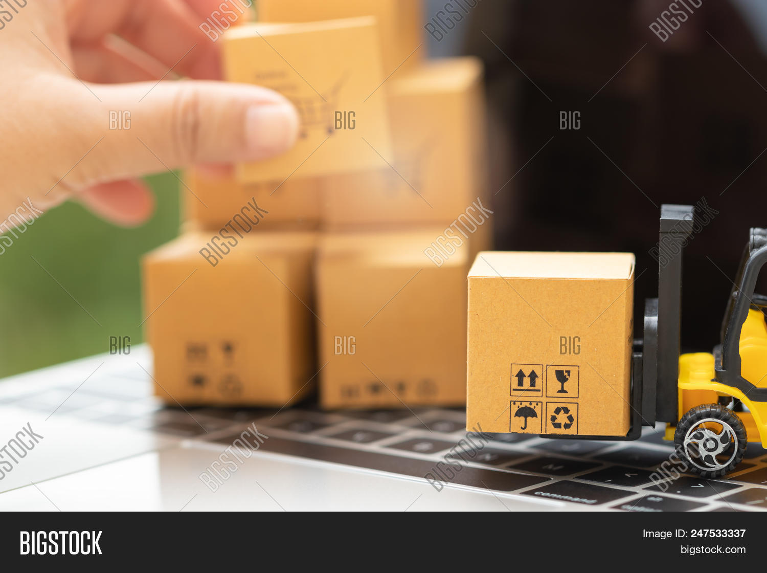 🔥 Mini Forklift Truck Load Cardboard Box And Hand Holding