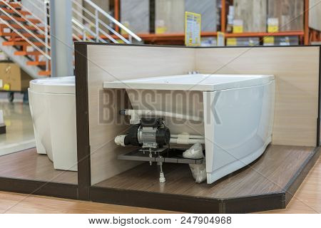 White Bath In The Building Store. Baths In The Plumbing Store. Sanitary Engineering Shop. White Bath