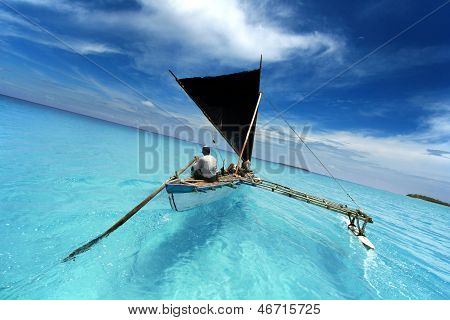 Naviguant dans un lagon tropical