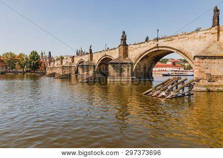 Karlsbrücke in Prag Ansicht vom Fluss Moldau auf die Brücke stock photo
