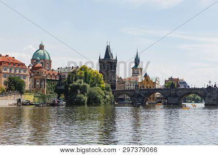 Ansicht der Karlsbrücke vom Fluss Moldau aus gesehen stock photo