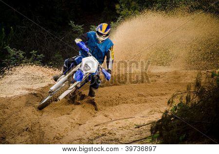 Pilote de moto d'enduro