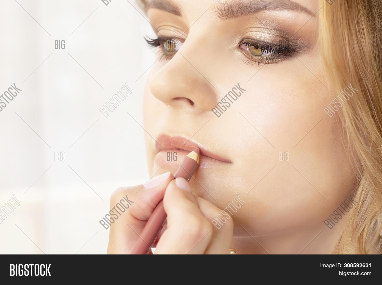 Makeup Artist Puts Make Up On Girl Model. Wedding Makeup, Evening Makeup, Natural Makeup. Make-up Ar