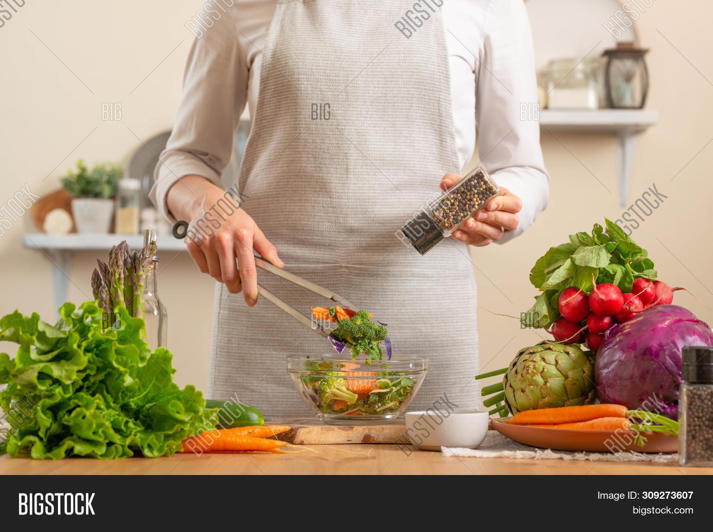 autumn,chef,chief,clean,comfort,commercial,concrete,cook,cooking,counter,cutting,daughter,diet,dinner,eating,enjoyment,female,food,fresh,freshness,garnishing,gourmet,green,health,healthy,idea,ingredient,kitchen,linen,master-class,natural,nature,nutrition,organic,preparation,profession,recipe,restaurant,salad,season,seasonal,various,vegan,vegetable,vegetarian,vitamins,woman