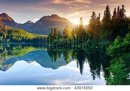 Lac de montagne dans le parc national des hautes tatras. strbske pleso, slovaquie, europe. monde de la beauté.