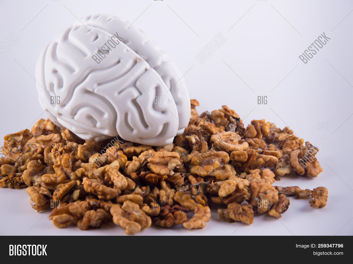 background,brain,brown,close,culinary,delicious,diet,eat,flavor,flavour,food,group,half,healthy,heap,human,husks,ingredient,kernel,mold,natural,nature,nobody,nut,nutty,object,organic,pile,plastic,seed,snack,tasty,up,variation,various,walnut,white,yellow
