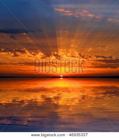Beau coucher de soleil sur la surface du lac