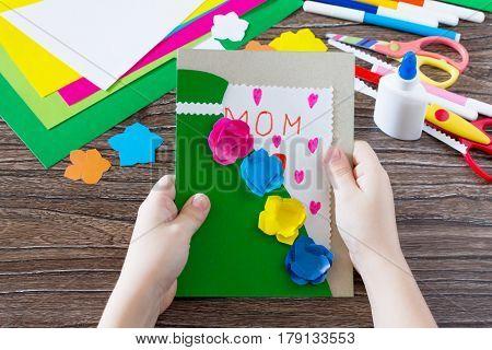 Детский подарок. Поздравительная открытка платье с цветами в День материи с надписью маме. Детский х