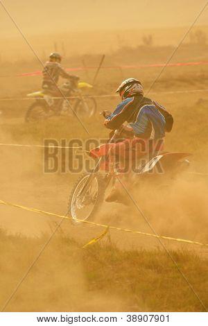 Moto de motocross dans une course qui représente le concept de la vitesse et la puissance en sport extrême homme