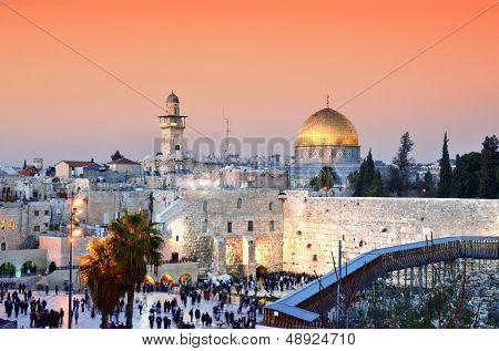 Ligne d'horizon de la vieille ville au mur des lamentations et le mont du temple à jérusalem.